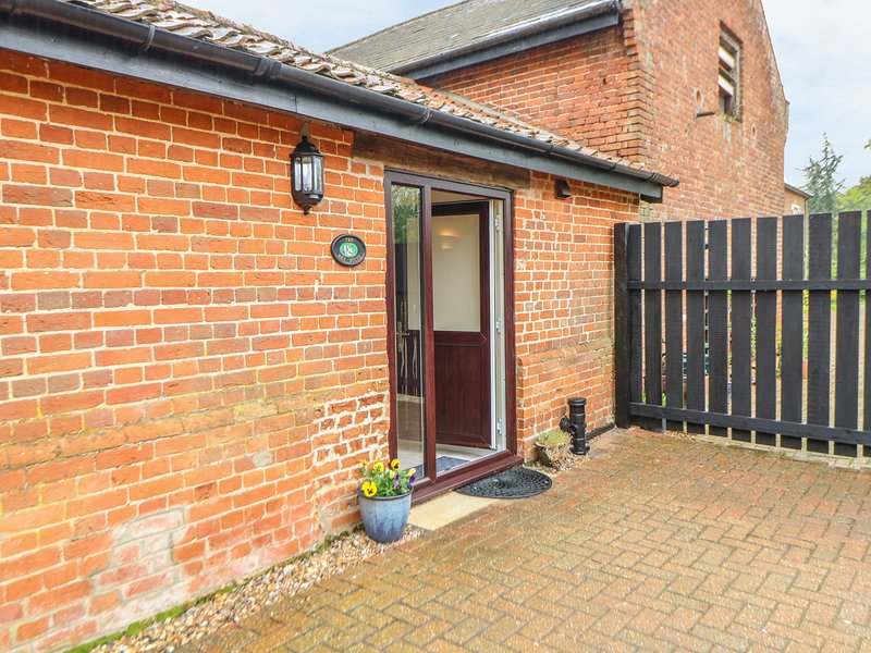 THE HEN HOUSE, en-suite, off-road parking, Diss, vacation rental in Pulham Market