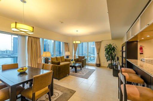 3BR With Balcony + Direct Elevator To Marina Walk, alquiler de vacaciones en Murqquab
