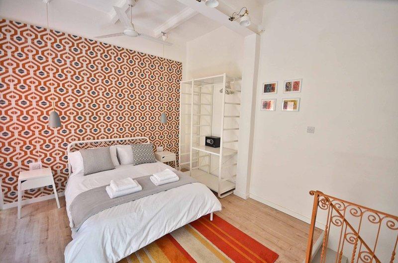 Zona notte attrezzata w / un balcone maltese, letto matrimoniale, aria condizionata, ventilatore a soffitto e cassetta di sicurezza
