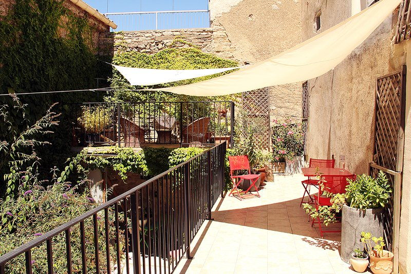 Spacious house with terrace & Wifi, holiday rental in Aigne