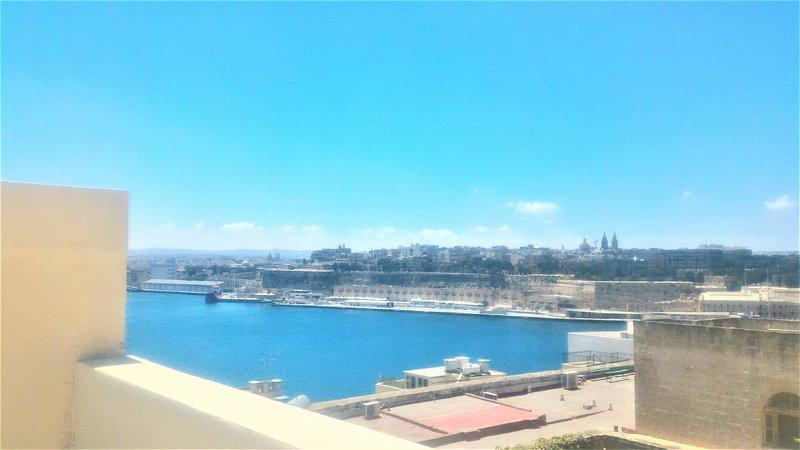 Superb Maltese terraced house with Valletta sea views, vacation rental in Cospicua (Bormla)