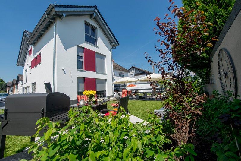 Garten-Ferienwohnung für Gruppen mit 9-12 Personen im Apartmenthaus Horster, vacation rental in Gernsheim