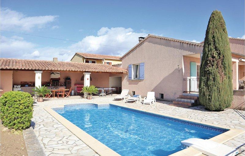 Amazing home in Valreas with Outdoor swimming pool, Outdoor swimming pool and 4, vacation rental in Valreas