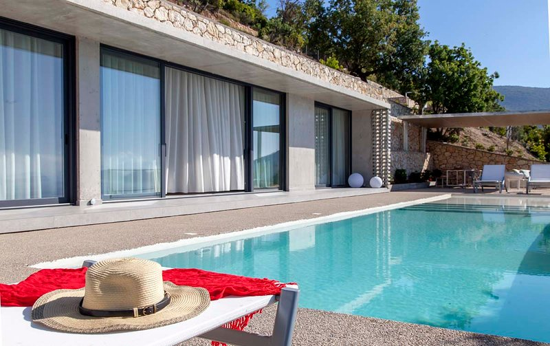 Cave Style Villa Corali with Infinity Pool, holiday rental in Mikros Gialos