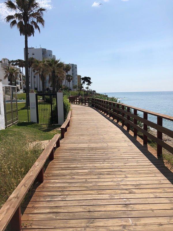 Passeie pela calçada costeira que liga Cala De Mijas a Calahonda