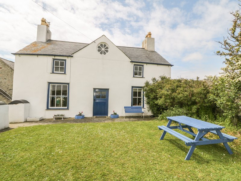 TY FFERM BODLASAN, family friendly, character holiday cottage, with a garden in, location de vacances à Llanfachraeth