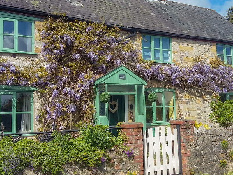 2 WISTERIA COTTAGES, dog-friendly, enclosed area, in Tatworth, alquiler vacacional en Chardstock