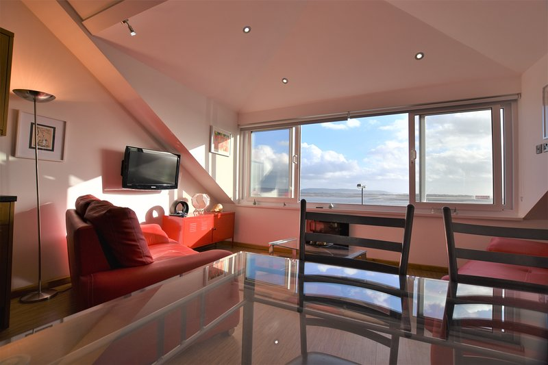 Sea Front, 1 Bedroom Apartment With Panoramic Sea Views, holiday rental in Aberdovey