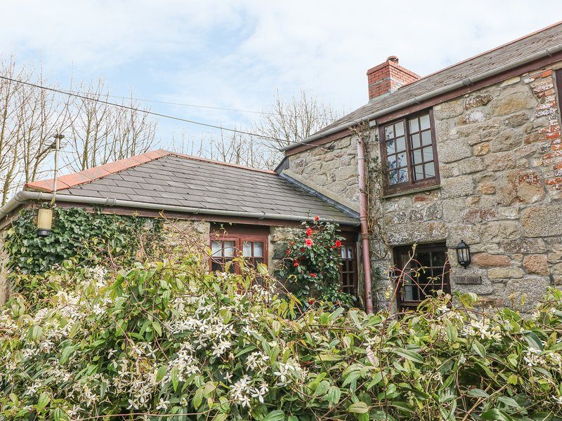 THE COTTAGE, pretty, pet friendly, single storey cottage with use of indoor, Ferienwohnung in Connor Downs