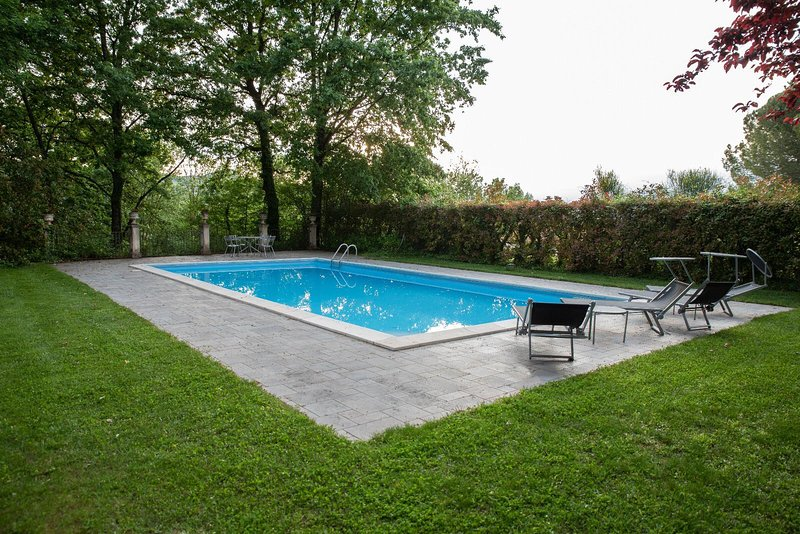 Amazing villa with swimming-pool, alquiler de vacaciones en Caiazzo