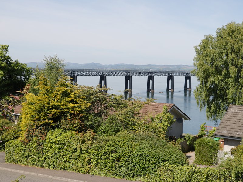 BAY VIEW COTTAGE, river views, ground-floor, near Newport-on-Tay, holiday rental in Luthrie