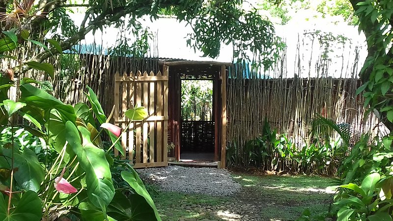 Latille Irie Cabin, a peaceful cabin in a garden with a waterfall, alquiler de vacaciones en Dennery