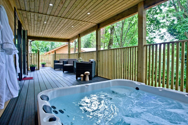 Cedar Lodge, South View Lodges - An idyllic lodge for two, with lakeside views,, holiday rental in Christow