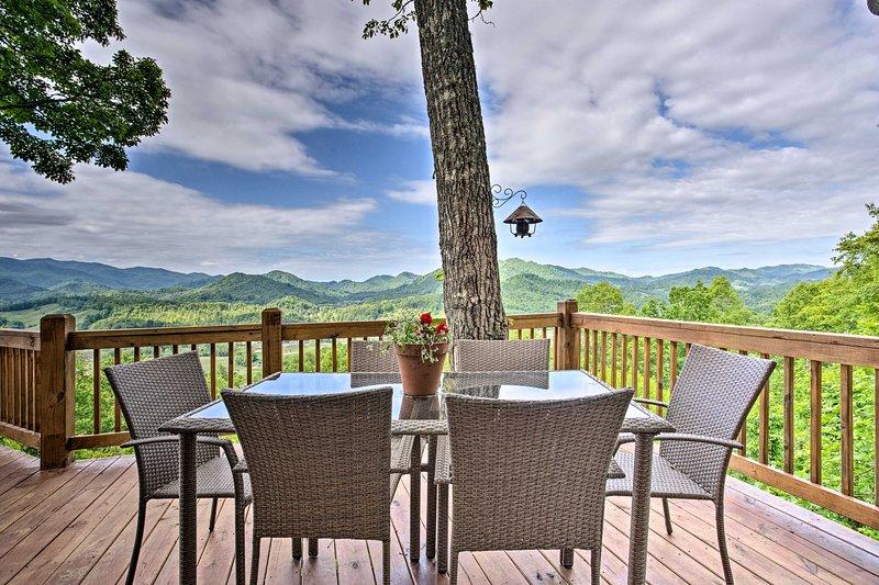 Burnsville Cottage w/ Deck & Blue Ridge Mtn Views!, holiday rental in Green Mountain