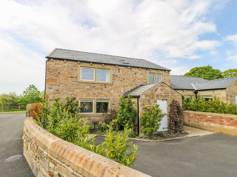 WADDOW COTTAGE, luxury holiday home, en-suites, woodburner, hot tub, walks from, holiday rental in Oswaldtwistle