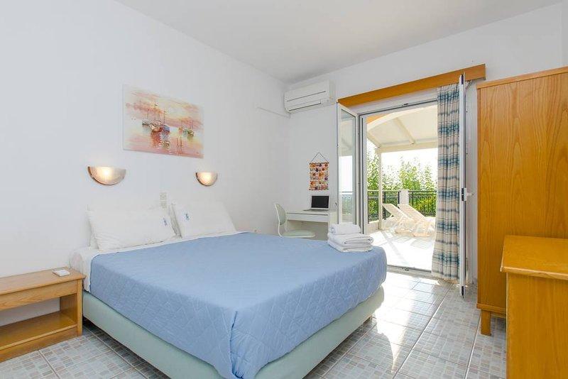 Natural Blue Green Suite, location de vacances à Peroulion