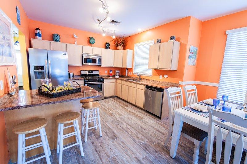Exquisita cocina completamente equipada con necesidades esenciales de cocina y comedor. ¡GUAUU!