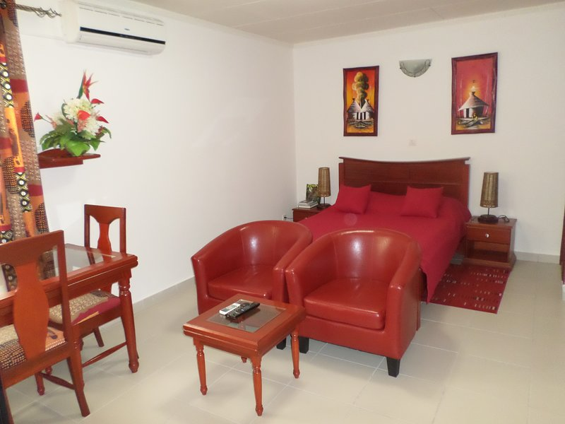 Cosy & charming studio with optical fiber, near Airport, restaurants and shops, location de vacances à Gabon