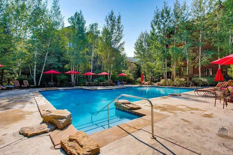 Si lo desea, la piscina comunitaria de Arrowhead Village está disponible a solo un corto trayecto en coche de Cresta Mountain Lodge.