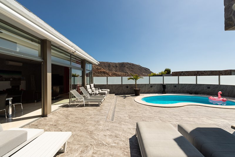 LUXURY VILLA WITH HEATED POOL AND JACUZZI, vacation rental in La Playa de Tauro