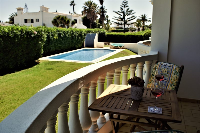 LARGE FULLY EQUIPPED ONE BEDROOM IN THE MONTINHOS AREA OF LUZ, holiday rental in Almadena