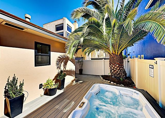 Charming Beach Retreat w/ Private Hot Tub - 200 Yards to Ocean & Surfing, location de vacances à Ventura