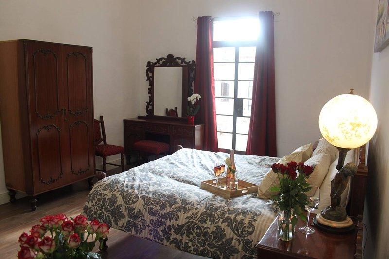 Stunning French Style Room W Pool & Priv Balcony, casa vacanza a Il Gzira