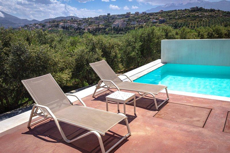 La zona de la piscina ofrece hermosas vistas al campo!