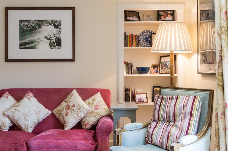 Stunning Family Mews Apartment. 2 bathrooms, sleeps 6., vacation rental in Edinburgh