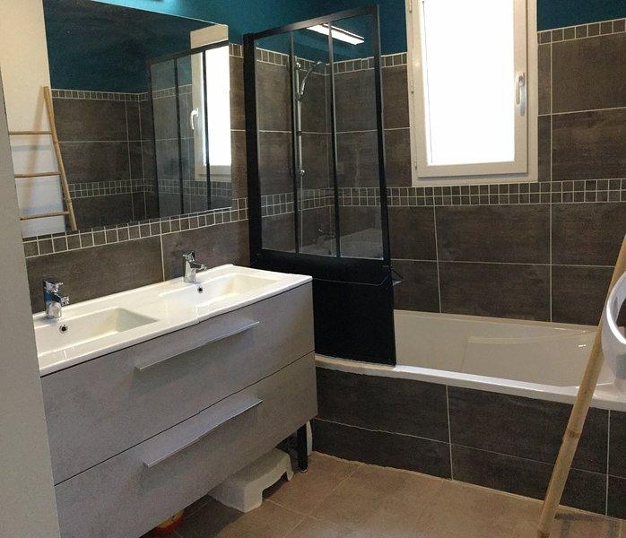 El alquiler tiene un baño con 2 lavamanos.
