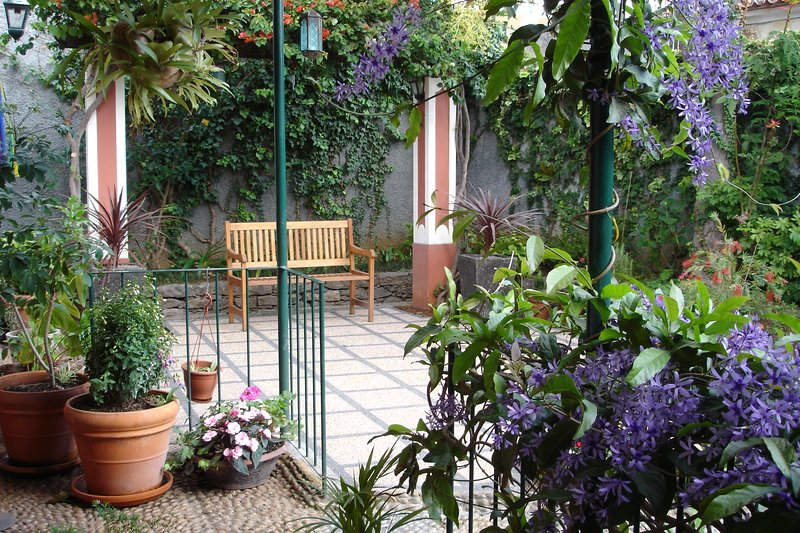 ´Quinta Elena´ 3/4 bed. villa...with patio garden and two sunny balconies, holiday rental in Funchal