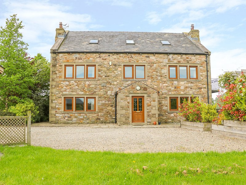 WOODFIELD FARM, en-suites, Smart TV, WiFi, hot tub, woodburning stove, games, holiday rental in Oswaldtwistle