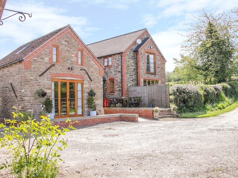HIGH GROVE, open-plan layout, electric woodburning stove, WiFi, near Ludlow, holiday rental in Diddlebury