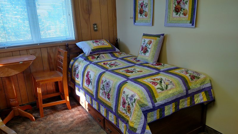 Yellow bedroom (trundle twins)
