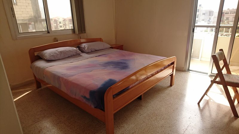 Centrally Located Unit - In heart of Jiye - Walk to beaches – semesterbostad i Bchamoun