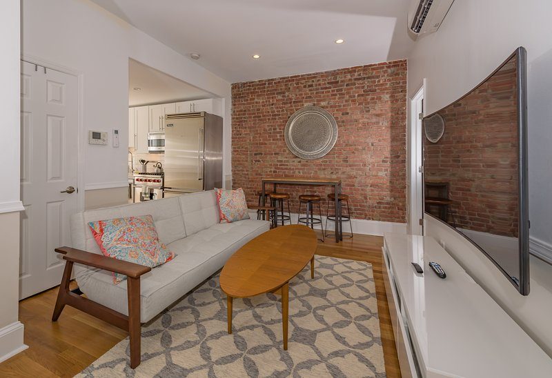 Stylish 2 BR Flat w/Backyard Near Grove St. PATH, aluguéis de temporada em Jersey City