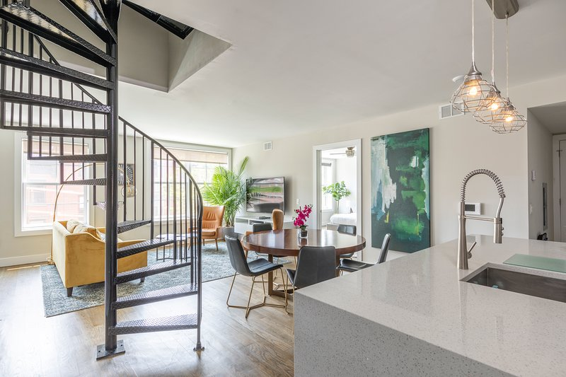 Stylish 2 BR Loft w/Roof Deck near Grove St PATH, aluguéis de temporada em Jersey City