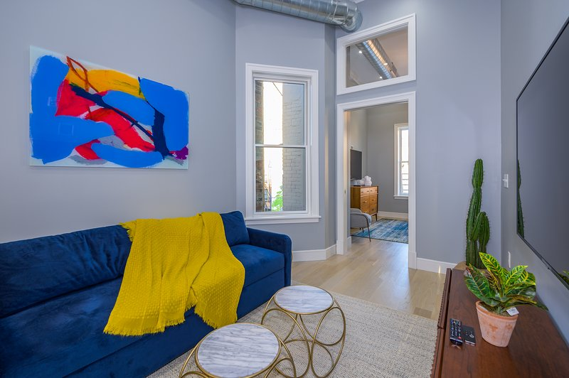 Sun-drenched 2 BR w/Roof Deck, minutes to NYC, holiday rental in Hoboken
