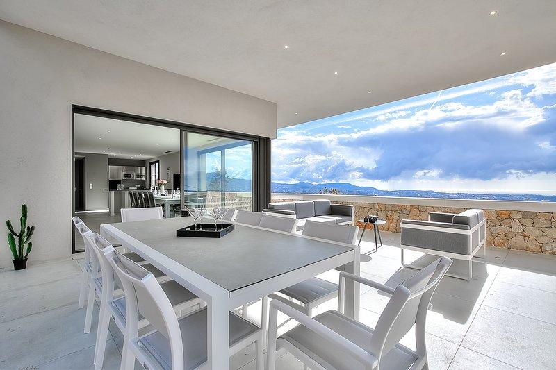 Luxury Spacious Villa with Pool, Tennis, Sauna, Panoramic Sea View, vacation rental in Saint-Jeannet