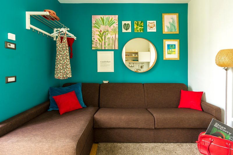 Relax in style with colorful tropical design - cozy and comfortable!