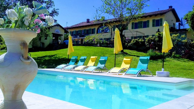Country Side Villa Piemonte with Panorama & Saltwaterpool/Whirlpool & 8 Bedrooms, vakantiewoning in Province of Asti