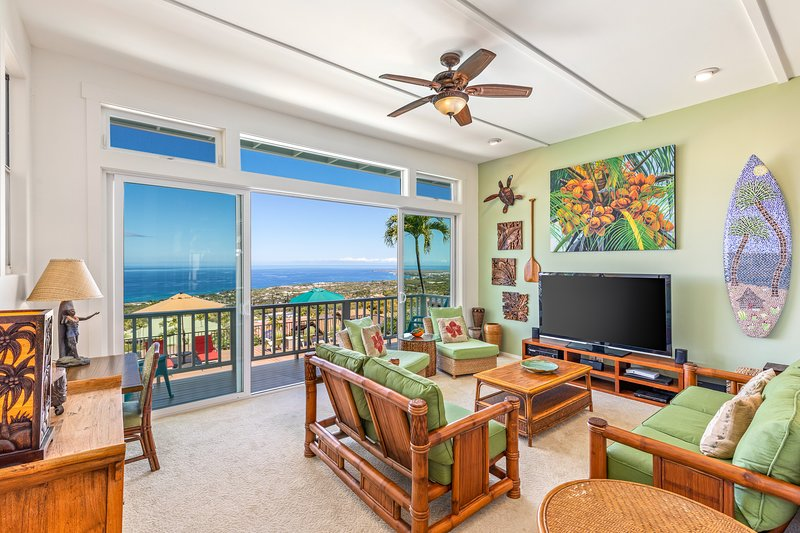 Luxury Home, Awesome Views, Heated Pool, in town, vacation rental in Kailua-Kona