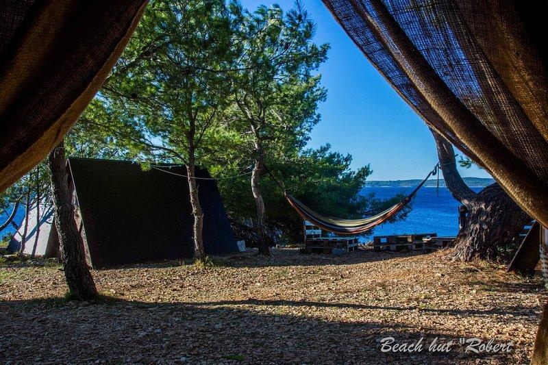 Beach Hut Robert (Garden view) + Free shuttle, Ferienwohnung in Humac