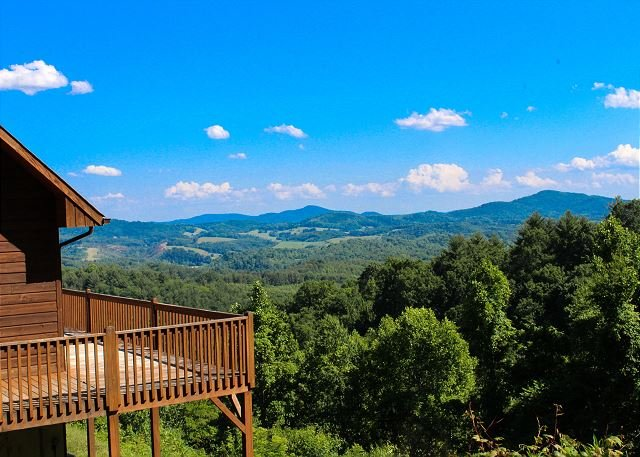 NOW BOOKING! ABOVE IT ALL- Panoramic Views, Woodburning F/P, WiFi & Foosball!, holiday rental in Grassy Creek