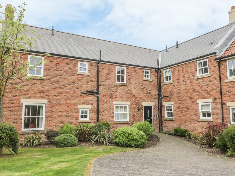 PEBBLES, on-site facilities, modern apartment on The Bay in Filey Ref 925349, vacation rental in Filey