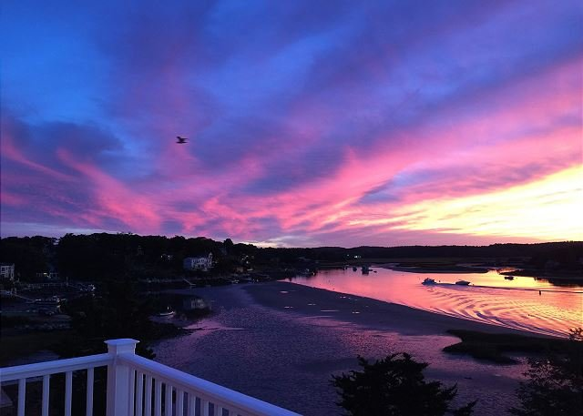 Annisquam River Sunsets: Enjoy spectacular sunsets and a relaxed river vibe., holiday rental in Manchester-by-the-Sea
