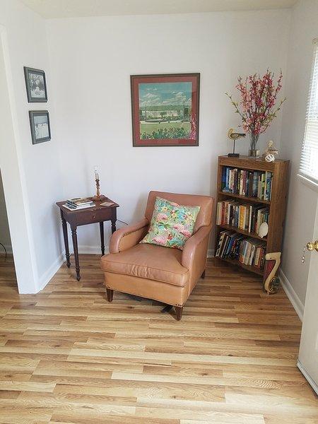 rincón de lectura en la sala de estar