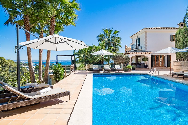 Elegant villa with sea views in an idyllic location close to Palma, holiday rental in Portals Nous