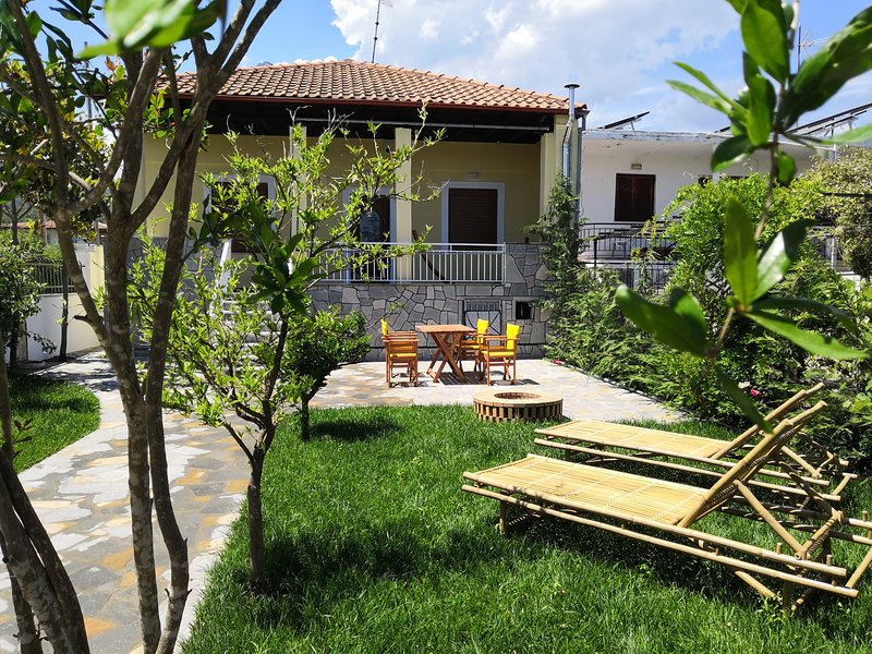 The Yellow House w/ private garden and BBQ, holiday rental in Paralia Ofriniou