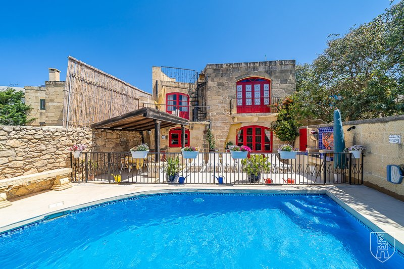 Il-Moħba - Authentic 3 bedroom farmhouse with pool in quaint village, holiday rental in Munxar